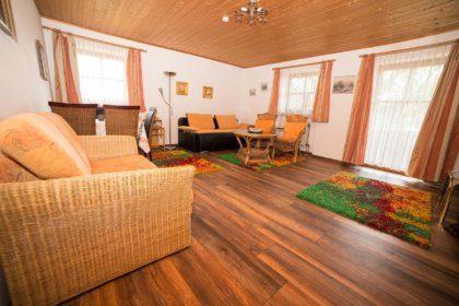 Wohn-Schlafzimmer mit Schlafsofas und Sitzecke