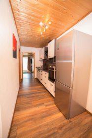 Einbauküche mit Durchgang zum Wohnzimmer