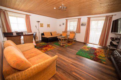 Wohn-/Schlafzimmer mit Essecke und Schlafsofas