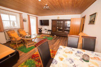 Wohn-/Schlafzimmer mit Essecke TV und Schrank