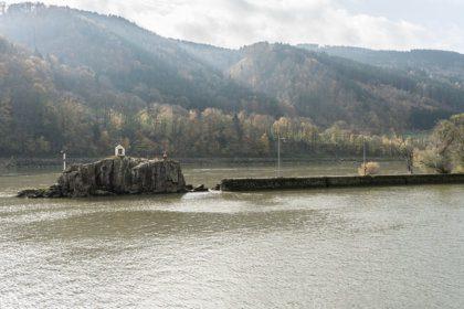 Der Jochenstein in der Donau