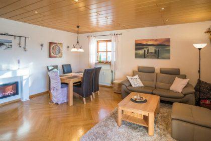 1004 Wohnzimmer mit Ess- und Sitzecke