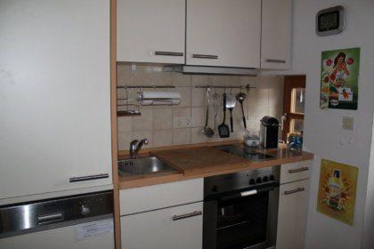Küche mit Backofen, Cerankochfeld und Spülmaschine