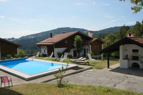 Swimmingpool und Grillplatz